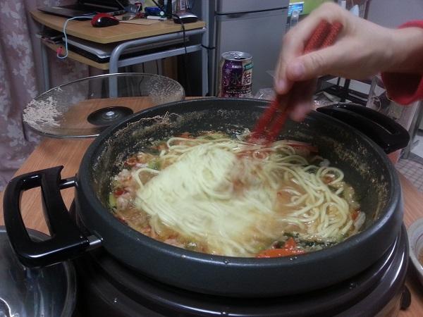 ちゃんぽん入れてる博多もつ鍋よし田の野菜付きセット通販で、よし田ファンの間でリピーターの多い味噌味、白みそのスープのものを取り寄せてみました。 とっても美味しかった!