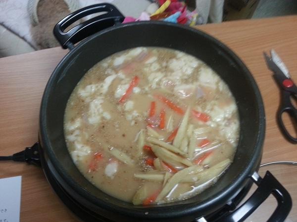 もつ鍋やまとゴボウがいっぱい。博多もつ鍋老舗、よし田の人気お取り寄せ、カット野菜付き冷蔵のセットを通販で買った口コミ、美味しかった!又注文します。この白みそのスープの甘さ旨さコクはこってり、っていうよりもパンチが効いていて、野菜も新鮮で美味しいし量も十分、良かったです。