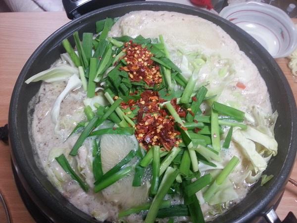 もつ鍋やまと完成1。博多もつ鍋老舗、よし田の人気お取り寄せ、カット野菜付き冷蔵のセットを通販で買った口コミ、美味しかった!又注文します。この白みそのスープの甘さ旨さコクはこってり、っていうよりもパンチが効いていて、野菜も新鮮で美味しいし量も十分、良かったです。